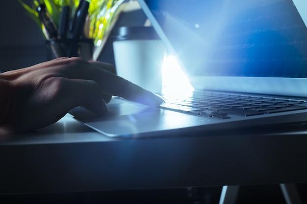 Typen op laptop close-up