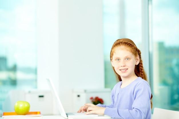 Typen van het meisje op de laptop