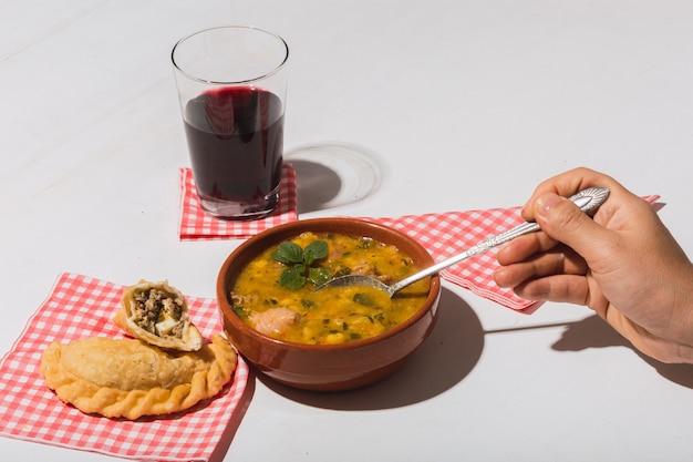 Typisch argentijns eten locro en empanadas.