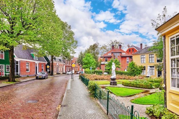 Typisch, authentiek dorpje met gezellige huisjes op het platteland van nederland.
