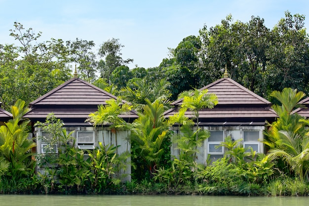 Typisch aziatisch huis aan de waterkant