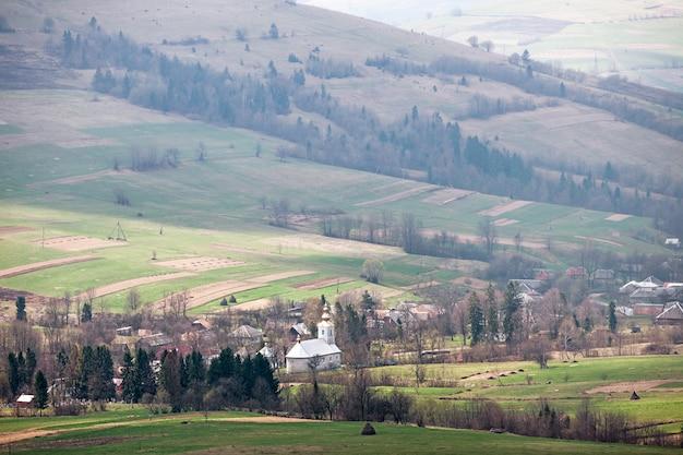 Typisch bergdorp met een kerk in de karpaten