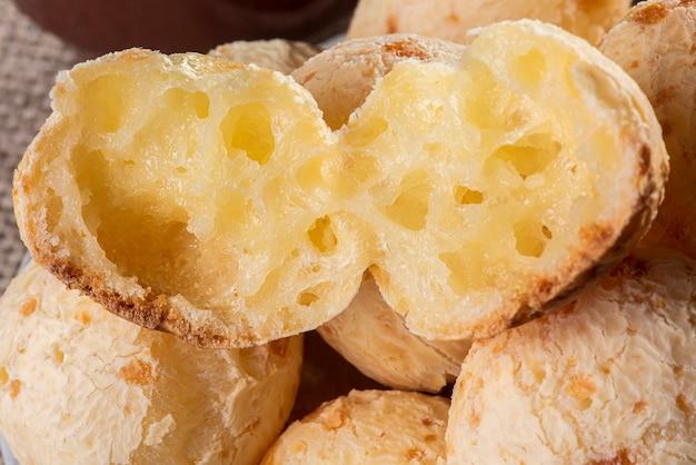 Typisch braziliaans kaasbrood. close-up foto van een kaasbrood in tweeën gesneden.