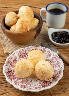 Typisch braziliaans kaasbroodje in een mand, koffie en jam.