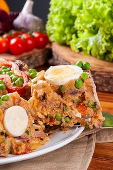Typisch gerecht uit de braziliaanse keuken genaamd cuscuz paulista
