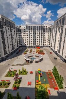 Typisch gloednieuw flatgebouw in chisinau, moldavië