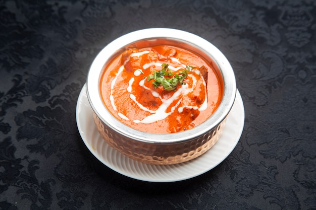 Typisch indiaas eten kip tikka masala.