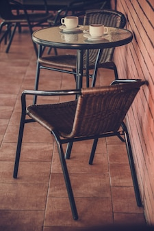 Typisch koffieterras met tafels en stoelen