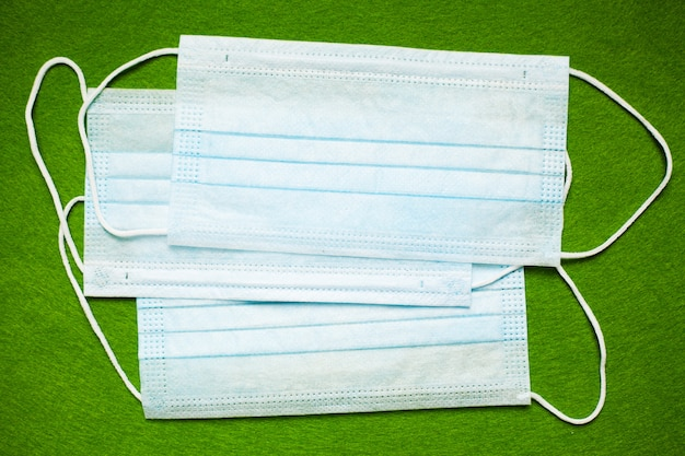 Typisch masker om mond en neus te bedekken ter bescherming tegen virussen.