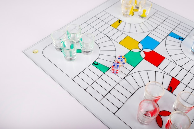 Typisch parchis-spel voor glaspartijen op bankachtergrond Premium Foto
