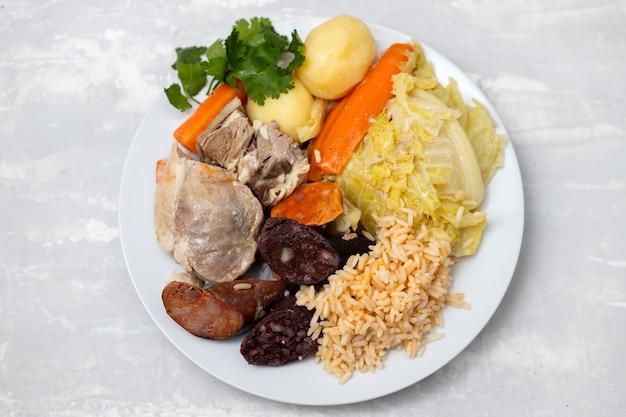 Typisch portugees gerecht cozido a portuguesa op witte schotel