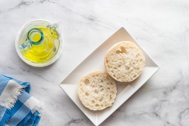 Typisch spaans ontbijt met brood en olie