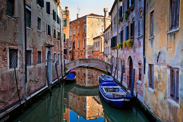 Typisch straatbeeld in de stad venetië in italië