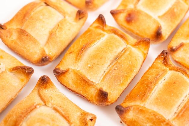 Typisch voorgerecht hartig gebak van gevuld vlees en andere ingrediënten die in de meeste portugese coffeeshops en restaurants worden verkocht.