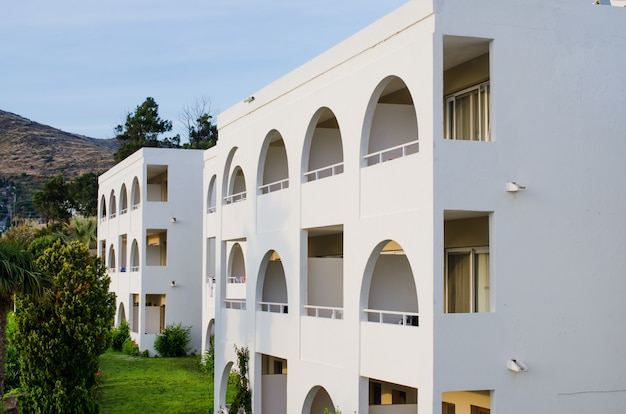 Typisch wit gebouw in turkije. wit hotel met balkons.