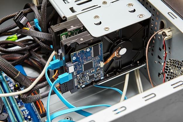 Typische aansluiting van de harde schijf met sata-kabels, blauwe kabel is sata-gegevens en connector van onderen is sata-voedingskabel.
