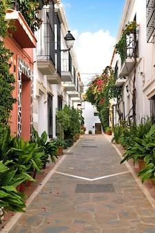 Typische andalusië spanje witgekalkte huizen in het oude centrum van marbella Premium Foto