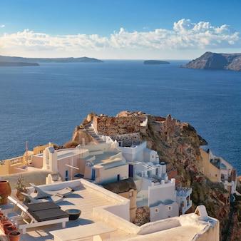 Typische architectuur en kasteelruïnes in oia, santorini, griekenland