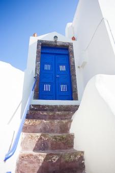 Typische blauwe deur in santorini-eiland