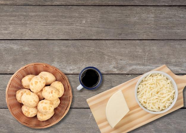Typische braziliaanse kaasbroodjes in een mand met koffie, kaas en exemplaarruimte.