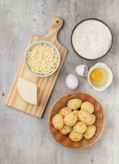 Typische braziliaanse kaasbroodjes met ingrediënten. bovenaanzicht.