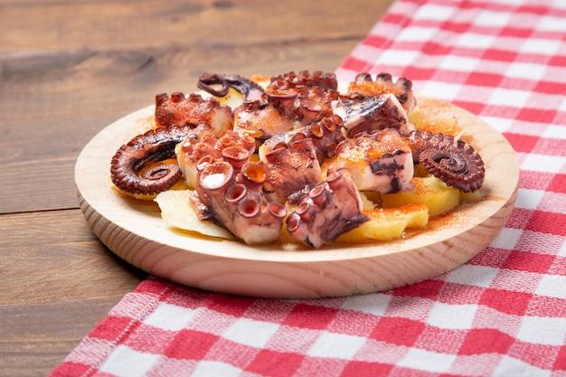 Typische galicische tapa gemaakt van octopus met aardappelen, paprika, zout en olijfolie