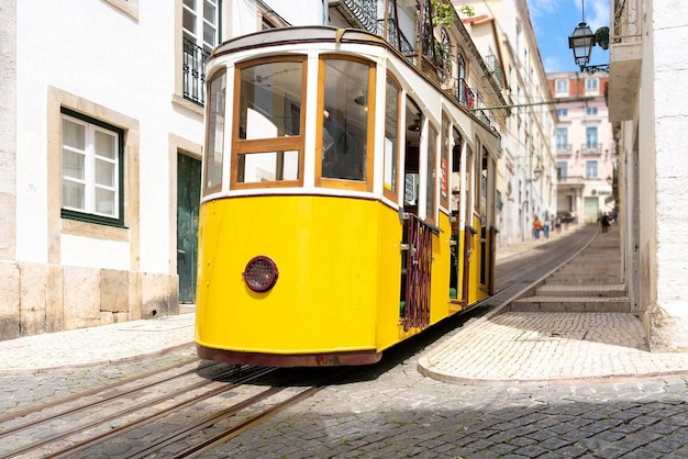 Typische gele lift in de wijk alfama in lissabon portugal