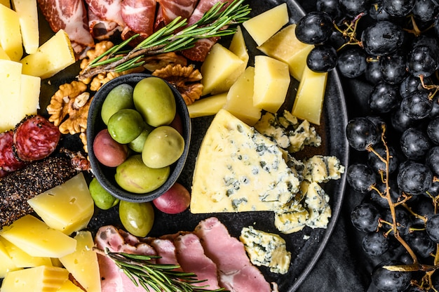 Typische italiaanse antipasto met prosciutto, ham, kaas en olijven. bovenaanzicht