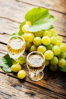 Typische italiaanse gouden grappa in glazen