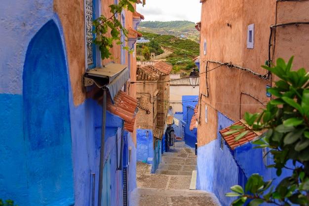 Typische mooie marokkaanse architectuur in blauwe de stadsmedina van chefchaouen in marokko