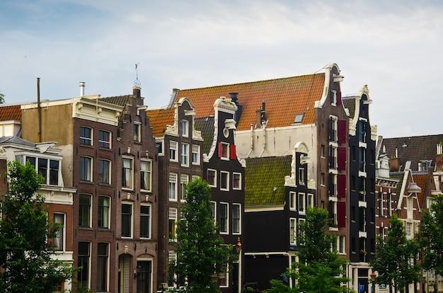 Typische nederlandse huizen in amsterdam