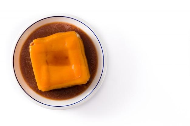 Typische portugese die francesinha-sandwich op witte hoogste mening wordt geïsoleerd copyspace