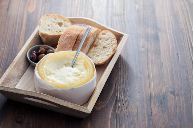 Typische portugese kaas met brood en olijven