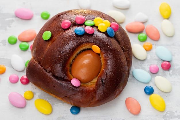 Typische portugese pasen-cake folar met ei op keramisch oppervlak