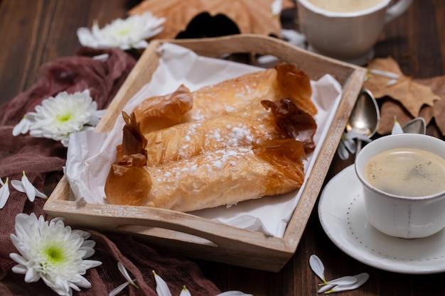 Typische portugese snoepjes pasteis de tentugal met koffie
