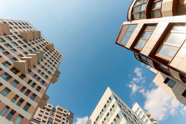 Typische residentiële hoogbouw. onderaanzicht. hoek