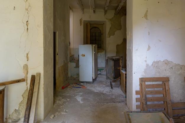 Typische rustieke boerderij, verlaten, met een kapotte koelkast en oud in puin, mallorca spanje
