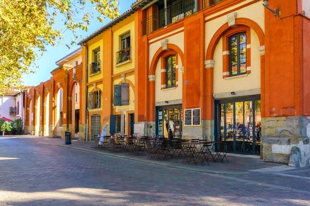 Typische straatmening in oude stad, toulouse, frankrijk