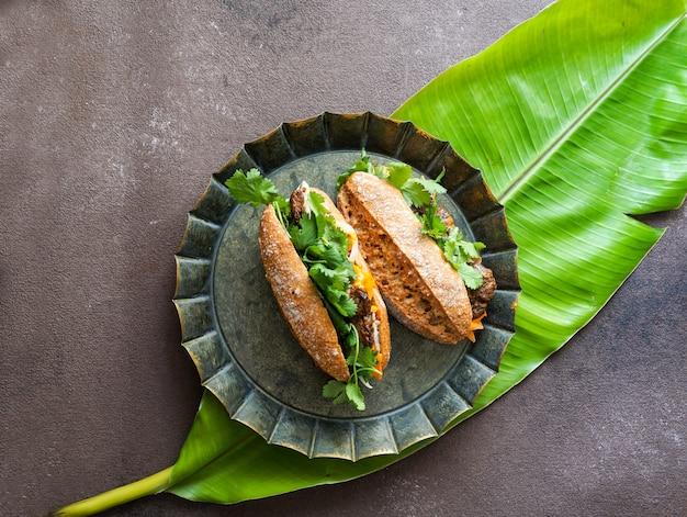 Typische vietnamese sandwich op bananenblad Premium Foto