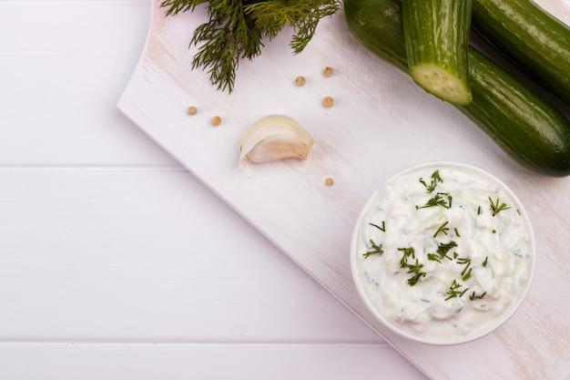 Tzatziki-saus en ingrediënten.