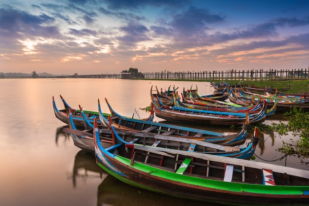 U bein bridge met boten in mandalay, in myanmar