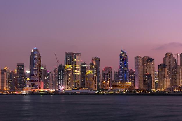 Uae, dubai - 28 december: nachtcityscape van de stad van dubai, verenigde arabische emiraten