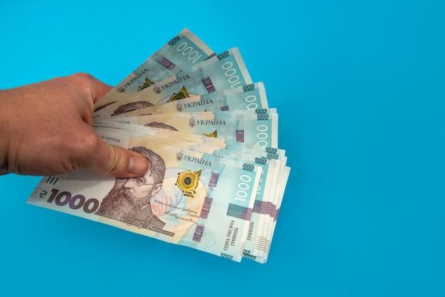 Uah. geld van oekraïne 1000 hryvnia, oekraïens bankbiljet geïsoleerd op blauwe achtergrond