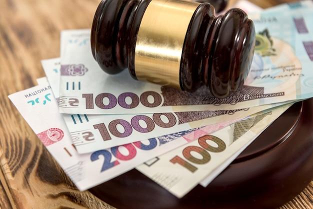 Uah, oekraïne geld met houten hamer, wet concept