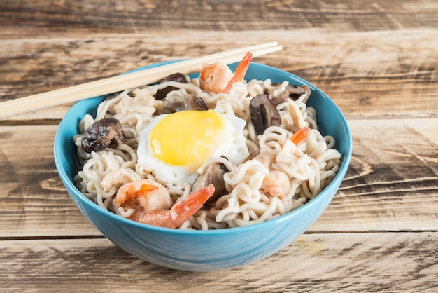 Udon noedels met champignons en garnalen
