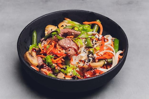 Udon-noedels met kip en paprika - japanse keuken.