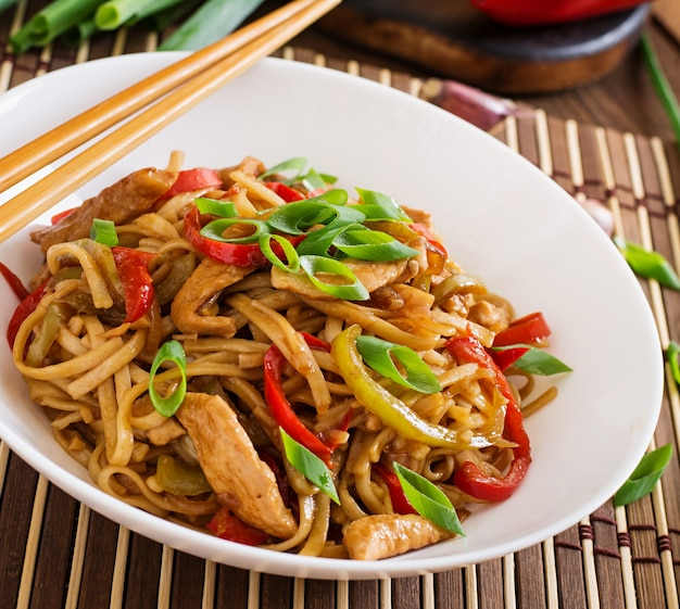 Udon noedels met kip en paprika. japanse keuken
