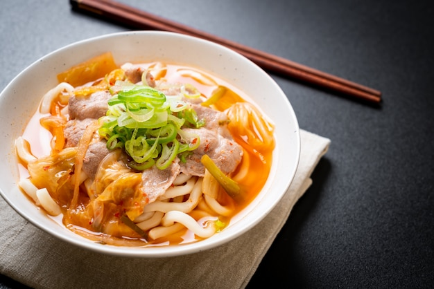 Udon ramen noodle met varkensvlees en kimchi
