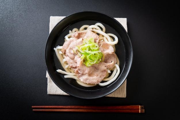 Udon ramen noodle met varkensvlees (shio ramen)