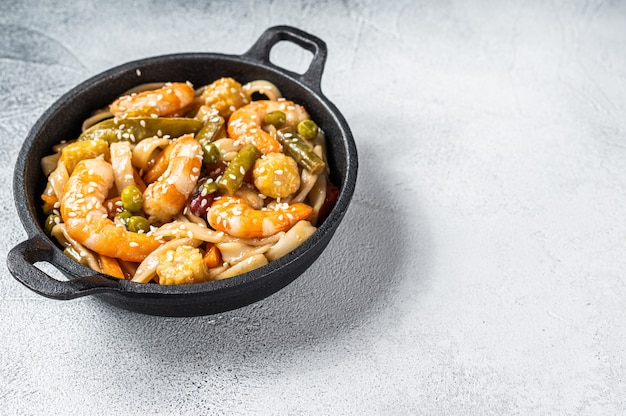 Udon roerbaknoedels met garnalen en garnalen in een pan